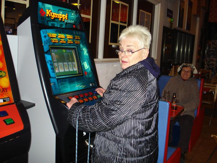 Somu sieviete spēlē automātus